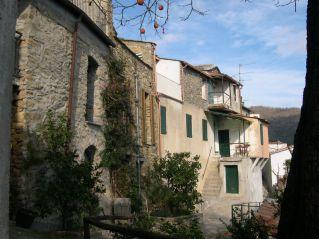 Hausfront am unteren Dorfrand