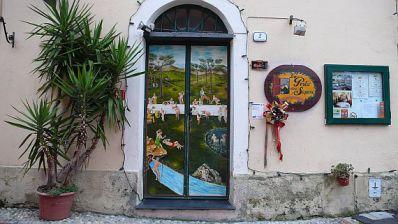 Bemalte Eingangstür des Restaurants (mit Weihnachtsscmuck)